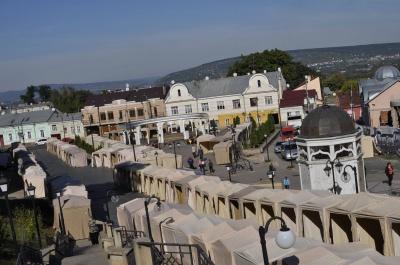 У Чернівцях до Дня міста вже встановили намети на ярмарку випічки та у містечку майстрів (ФОТО)