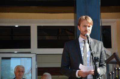На відкритті медичного центру в Чернівцях посол Швеції робив селфі з чиновниками