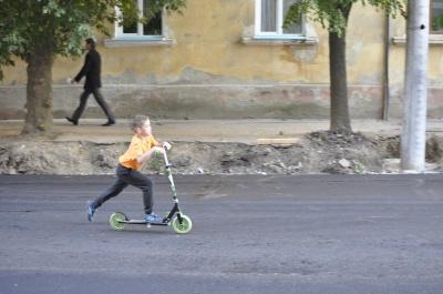 У Чернівцях по вулиці Хмельницького діти вже їздять на самокатах (ФОТО)