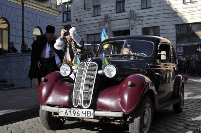 У Чернівцях День міста відкрили представники національних громад на ретро-автомобілях і мер на велосипеді (ФОТО)