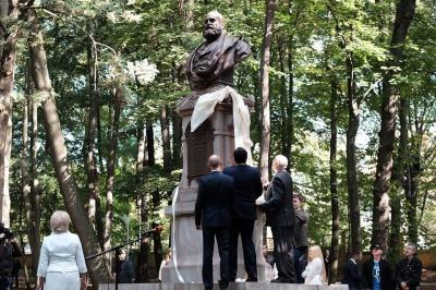 Прем'єр Яценюк та мер Чернівців Каспрук відкрили пам'ятник першому ректорові Чернівецького університету  (ФОТО)
