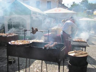 У Чернівцях храмувальники ласують шашликами і домашніми ковбасками