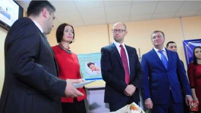 Як Яценюк і Петренко вручали свідоцтва про народження у пологовому будинку в Чернівцях (ВІДЕО)