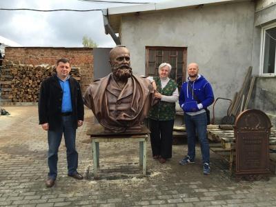 Скульптор показав, як він створював пам'ятник першому ректору Чернівецького університету (ФОТО)