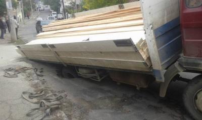 Асфальт не витримав: вантажівка у Чернівцях провалилась у яму (ФОТО)