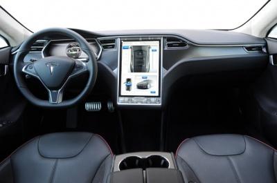 Компанія Tesla презентувала автопілот для свого електромобіля