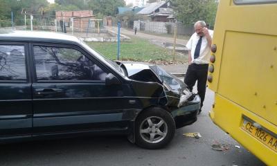 У Чернівцях легковик врізався у маршрутку (ФОТО)