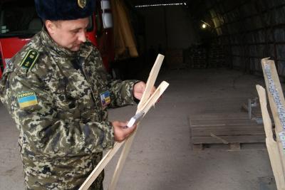 На Буковині прикордонники знайшли контрабанду цигарок у пиломатеріалах