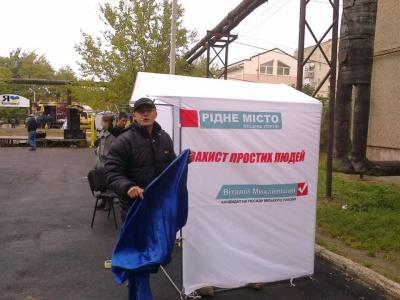 У день тиші у Чернівцях кандидат влаштував концерт з агітаційними наметами