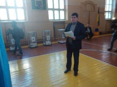 """Лідер фракції """"Народний фронт"""" проголосував у рідній школі в Чернівцях"""
