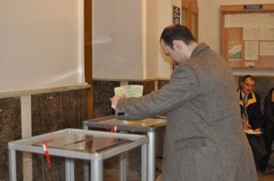 На дільниці у центрі Чернівців голосують мляво (ФОТО)