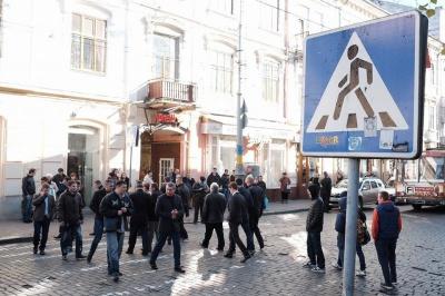 Соратники депутата Білика, якого обшукують у Чернівцях, перекрили вулицю Головну (ФОТО)