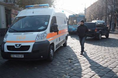 У Чернівцях джип з іноземцями підрізав швидку: обійшлися подряпинами (ФОТО)