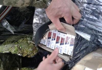 На Буковині юнак намагався переправити до Румунії 12 ящиків цигарок