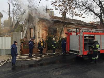 На вулиці Каспрука в Чернівцях горів особняк. Загинула одна людина (ФОТО)