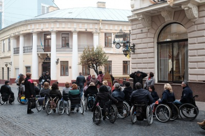 У Чернівцях жінки на візках співали для учасників АТО (ФОТО)