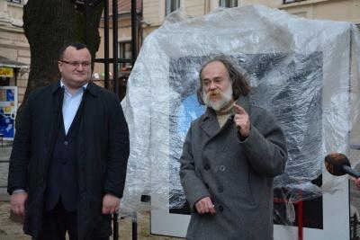 """У Чернівцях відкрили пам'ятник Малевичу і його """"Чорному квадрату"""""""