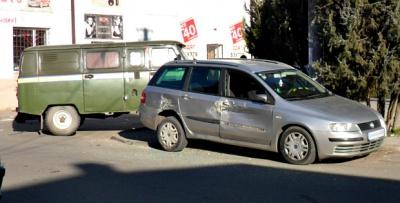 """На Буковині іноземне авто зіткнулося з мікроавтобусом """"Укрпошти"""" (ФОТО)"""