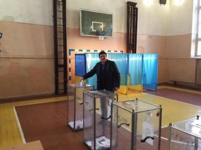 """Лідер парламентської фракції """"Народний фронт"""" проголосував у Чернівцях (ФОТО)"""