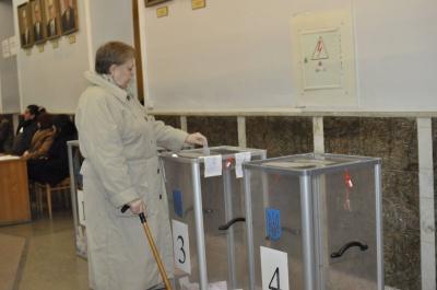 На дільниці у центрі Чернівців проголосувало менше половини виборців (ФОТО)