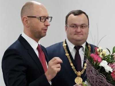 Яценюк по телефону привітав Каспрука з перемогою на виборах мера Чернівців