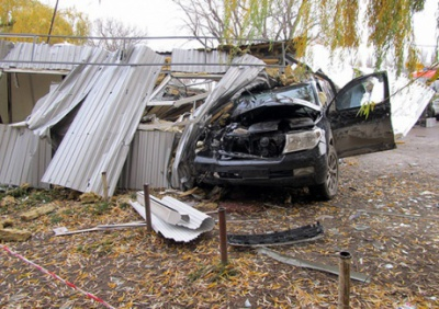 У Кам'янці-Подільському джип вилетів на зупинку: є жертви (ФОТО)