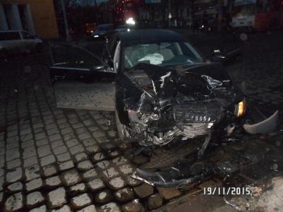 """З'явилося відео з місця аварії """"Ауді"""" й """"Мерседеса"""" у Чернівцях (ВІДЕО)"""