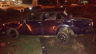 """Нічна аварія в Чернівцях: """"Жигулі"""" перетворилися в металобрухт (ФОТО)"""