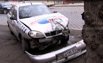 У Чернівцях автомобіль таксі врізався в дерево (ФОТО)