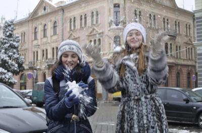 У Чернівцях діти радіють снігу (ФОТО)