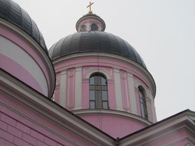 В соборе в Черновцах поставили металлопластиковые окна, потому что древесину съедает грибок