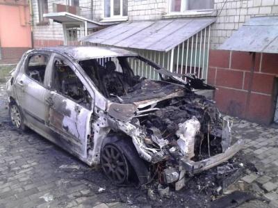 З'явилися світлини обгорілої іномарки в Чернівцях (ФОТО)