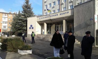 """Диагностический центр в Черновцах  """"заминировали"""" - медикам объявили о немедленной эвакуации (ФОТО)"""