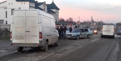 Мерседес зіткнувся з Фольксвагеном в селі на Буковині