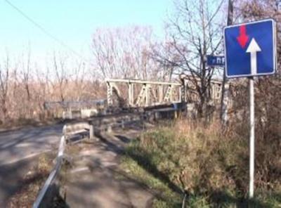 Міст через річку Прут у Чернівцях - аварійний, але перевізники продовжують возити по ньому людей