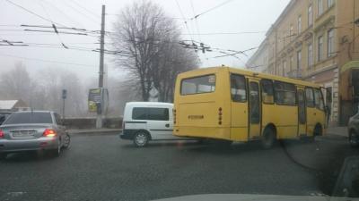 На Соборній площі Чернівців легковик зіткнувся з маршруткою (ФОТО)