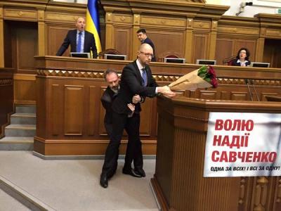 Нардеп Барна виніс із-за трибуни Яценюка під час його виступу у Раді. Виникла бійка (відео)