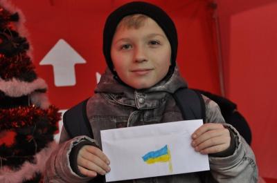 Діти у Чернівцях просять у Миколая айфонів та миру в Україні (ФОТО)