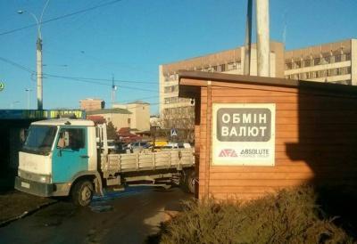 """Інспекція з благоустрою в Чернівцях демонтувала МАФ біля готелю """"Турист"""""""