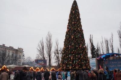 """Мешканці Франківська розкритикували свою новорічну ялинку: """"У Чернівцях дешевша і краща"""""""