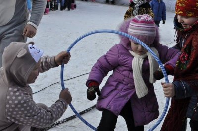 На Соборній площі Чернівців дітлахів розважають новорічні персонажі (ФОТО)
