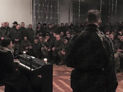 Співачка з Чернівців Марина Тимофійчук виступила перед воїнами АТО на Луганщині