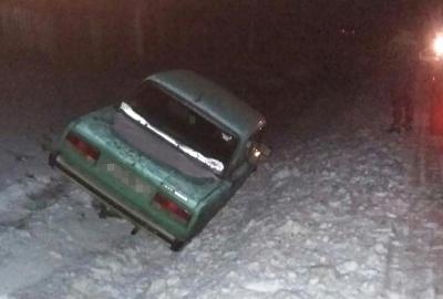 Аварія на Буковині: водій не впорався з керуванням, авто злетіло з дороги (ФОТО)