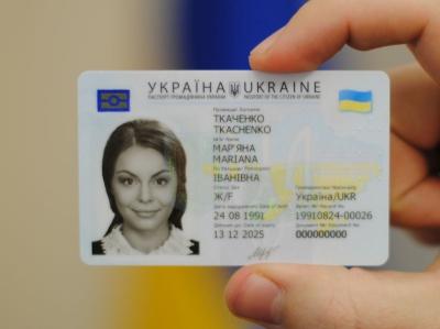 В Україні почали видавати паспорти у вигляді ID-карток