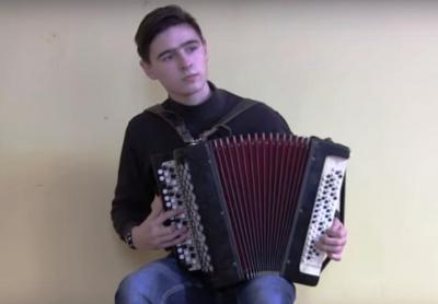Мережу вразило відео, де юнак з Буковини на баяні виконує музику із популярних кінострічок (ВІДЕО)
