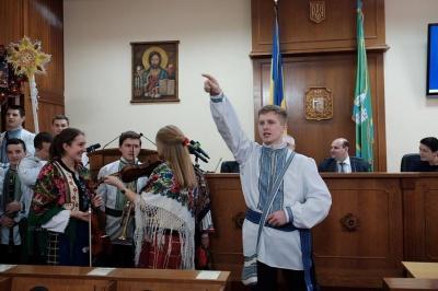 Студенти заколядували в Чернівецькій облраді і зібрали гроші на АТО (ФОТО)
