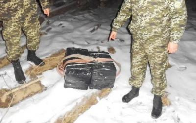 На Буковині у лісі біля кордону знайшли замасковані пакунки з цигарками