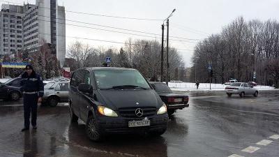 У Чернівцях на перехресті зіткнулись два автомобілі