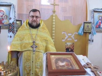 «Мені там місця немає»: до Чернівців переїхав зі Сходу священик із родиною