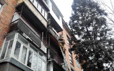 У Чернівцях дві дівчини опинилися замкнені на балконі без верхнього одягу